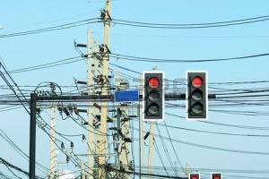 26086467-trafik-kavşak--bangkok,-tayland-sarılmış-teller-ile-trafik-ışığı-direkleri-ve-elektrik-dire